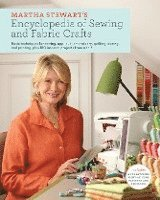 Martha Stewart's Encyclopedia of Sewing and Fabric Crafts: Basic Techniques for Sewing, Applique, Embroidery, Quilting, Dyeing, and Printing, Plus 150 (inbunden)