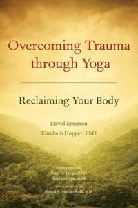 Overcoming Trauma Through Yoga (häftad)